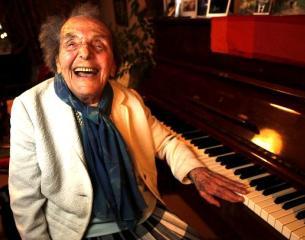 Пианистка вдохновила любимого парня на подвиги