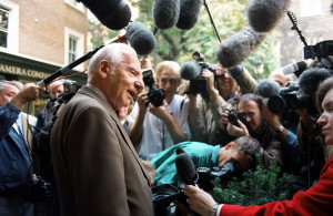<p>Nobel peace prize winner Joseph Rotblat besieged by the media at his office at the Pugwash Conferences on Science and World Affairs in central London. Dostawca: PAP/PA</p>