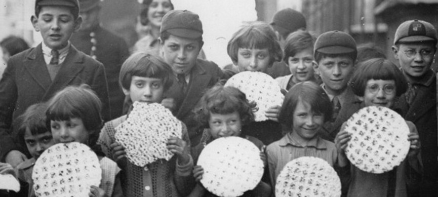 <p>UNITED KINGDOM - CIRCA 1925: Jewish children at the beginning of the Feast of Passover with their bread, the so-called matzos. During this time, orthodox Jews are only allowed to eat unleavened bread. London. England. Photograph. Around 1925 (Photo by Imagno/Getty Images)</p>