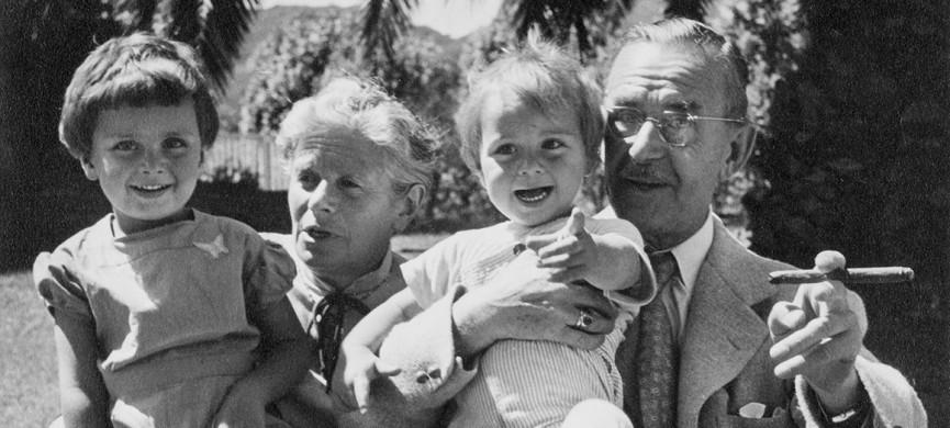 <p>Katia Mann mit Frido Mann, Thomas Mann mit Toni Mann.</p>