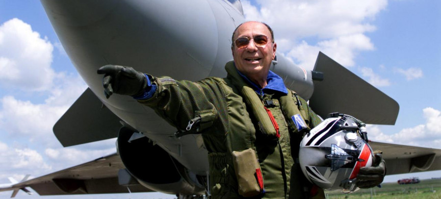 <p>FILE PHOTO: Serge Dassault, head of Dassault Aviation, waves in front of a French made Rafale at Le Bourget, France, June 11, 1999. REUTERS/Charles Platiau/File Photo</p>