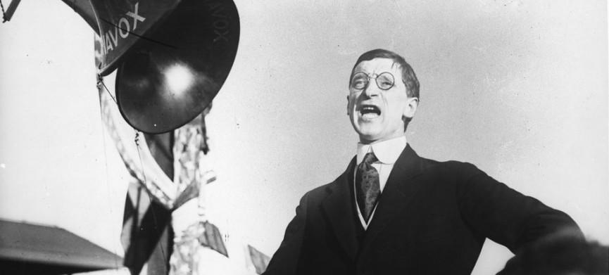 <p>Emmon De Valera addresses a crowd at Los Angeles. (Photo by © Hulton-Deutsch Collection/CORBIS/Corbis via Getty Images)</p>